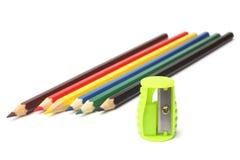 Farbige Bleistifte und ein Bleistiftspitzer Lizenzfreies Stockbild