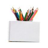 Farbige Bleistifte und ein geöffneter Notizblock Stockfoto