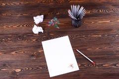 Farbige Bleistifte und ein leeres Blatt Papier auf dem Tisch die Beschaffenheit Lizenzfreie Stockfotografie