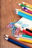 Farbige Bleistifte und ein Notizbuch Lizenzfreie Stockfotografie