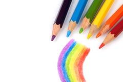 Farbige Bleistifte und ein Regenbogen Stockbild