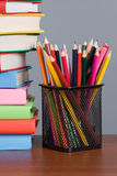 Farbige Bleistifte und ein Stapel Bücher Stockbilder