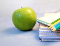 Farbige Bleistifte und eine Zeichnungsauflage Das Konzept von Schulkinder ` s Kreativität Stockfotografie