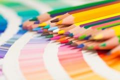 Farbige Bleistifte und Farbdiagramm aller Farben Lizenzfreies Stockfoto