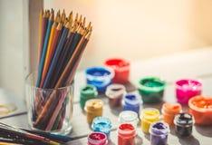 Farbige Bleistifte und Farbe Stockbild