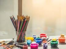 Farbige Bleistifte und Farbe Stockbilder