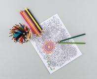 Farbige Bleistifte und Farbton-Seite Lizenzfreie Stockbilder