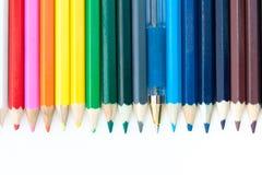 Farbige Bleistifte und Feder. Lizenzfreie Stockfotografie