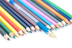 Farbige Bleistifte und Feder. Stockfoto