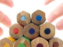 Farbige Bleistifte und Finger Stockfoto