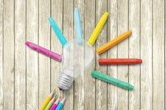 Farbige Bleistifte und Glühlampe Lizenzfreies Stockfoto