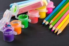 Farbige Bleistifte und Gouache Stockbild