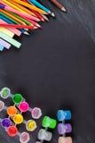 Farbige Bleistifte und Gouache Stockfotografie