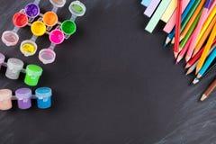 Farbige Bleistifte und Gouache Stockfotos