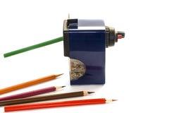 Farbige Bleistifte und großer Bleistiftspitzer Lizenzfreie Stockfotos