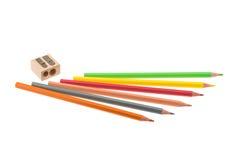 Farbige Bleistifte und hölzerner Bleistiftspitzer Lizenzfreies Stockfoto
