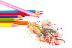 Farbige Bleistifte und Holzspäne Stockbild