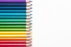 Farbige Bleistifte und Holzspäne Stockfotos