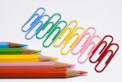 Farbige Bleistifte und Klipps Stockfoto