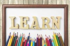 Farbige Bleistifte und lernen Wort im Rahmen Lizenzfreie Stockfotos