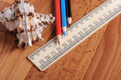 Farbige Bleistifte und Machthaber für Schulen auf hölzernem Hintergrund Lizenzfreie Stockfotos