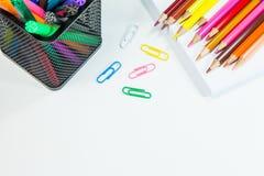 Farbige Bleistifte und Markierungen Stockbild