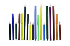 Farbige Bleistifte und Markierungen auf einem Weiß lokalisierten Hintergrund Stockfotografie