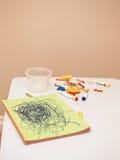 Farbige Bleistifte und Markierungen mit Albumzeichnung auf weißer Kindertabelle Stockbilder