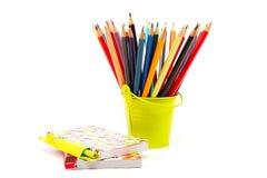 Farbige Bleistifte und Notizbücher. Stockbilder