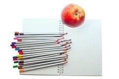 Farbige Bleistifte und Notizbuch Stockbilder