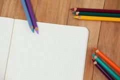 Farbige Bleistifte und Notizbuch Stockfotos