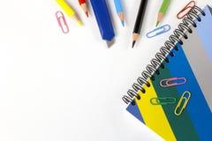 Farbige Bleistifte und Notizbuch auf dem Tisch Stockfoto