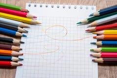 Farbige Bleistifte und Papier Stockbild