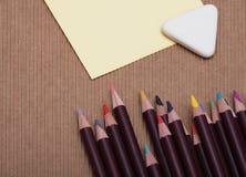 Farbige Bleistifte und Papier Stockfoto