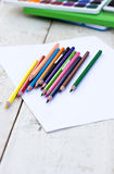 Farbige Bleistifte und Papier Lizenzfreie Stockfotos