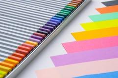 Farbige Bleistifte und Papier Lizenzfreie Stockfotografie
