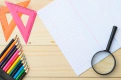 Farbige Bleistifte und Papier Stockfotografie