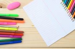 Farbige Bleistifte und Papier Stockfotos