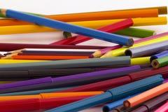 Farbige Bleistifte und pensparticular farbige Bleistifte Stockfoto