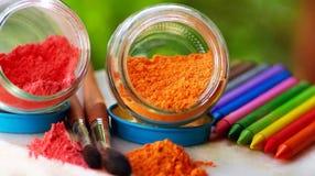Farbige Bleistifte und Pinsel. Lizenzfreie Stockbilder