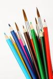 Farbige Bleistifte und Pinsel Stockbild
