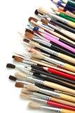 Farbige Bleistifte und Pinsel Stockfoto