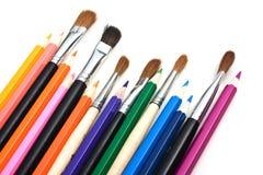 Farbige Bleistifte und Pinsel Lizenzfreie Stockfotografie