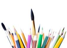 Farbige Bleistifte und Pinsel Lizenzfreie Stockbilder