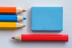 Farbige Bleistifte und Radiergummi Lizenzfreies Stockfoto