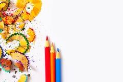 Farbige Bleistifte und Schnitzel Lizenzfreies Stockfoto