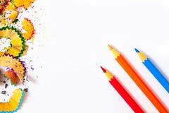 Farbige Bleistifte und Schnitzel Stockbild