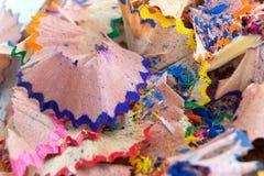 Farbige Bleistifte und Schnitzel Stockfotos