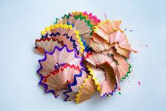 Farbige Bleistifte und Schnitzel Stockfoto
