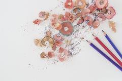 Farbige Bleistifte und Schnitzel auf weißem Hintergrund mit Kopienraum Stockfoto